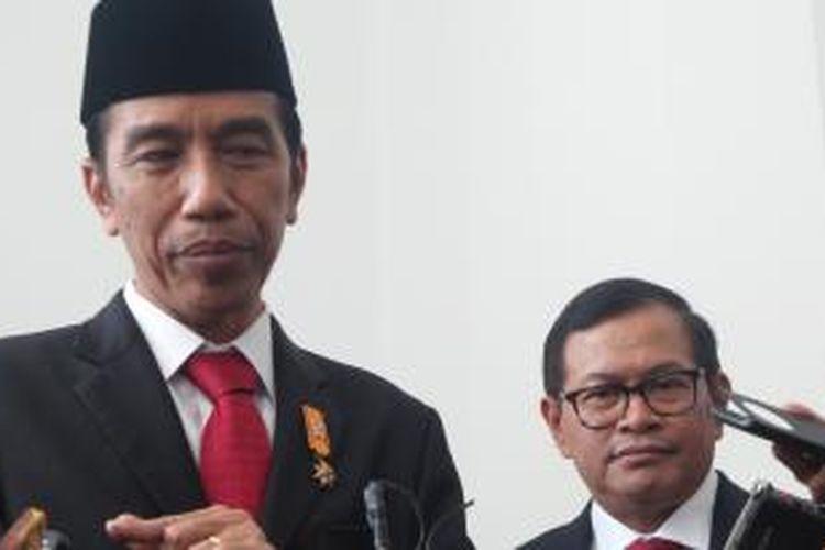 Presiden Joko Widodo dan Sekretaris Kabinet Pramono Anung  di Istana Merdeka, Kamis (22/10/2015).