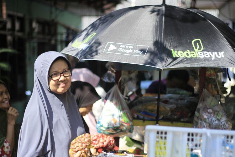 Menurut CEO Kedai Sayur Adrian Hernanto  kini masyarakat cenderung berbelanja kebutuhan pangan dan konsumsi sehari-hari secara daring.