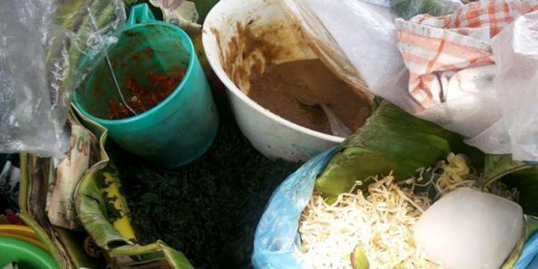 Semanggi Suroboyo, merupakan kuliner khas Surabaya yang mirip dengan nasi pecel. Semanggi Suroboyo kini mulai sulit ditemukan.