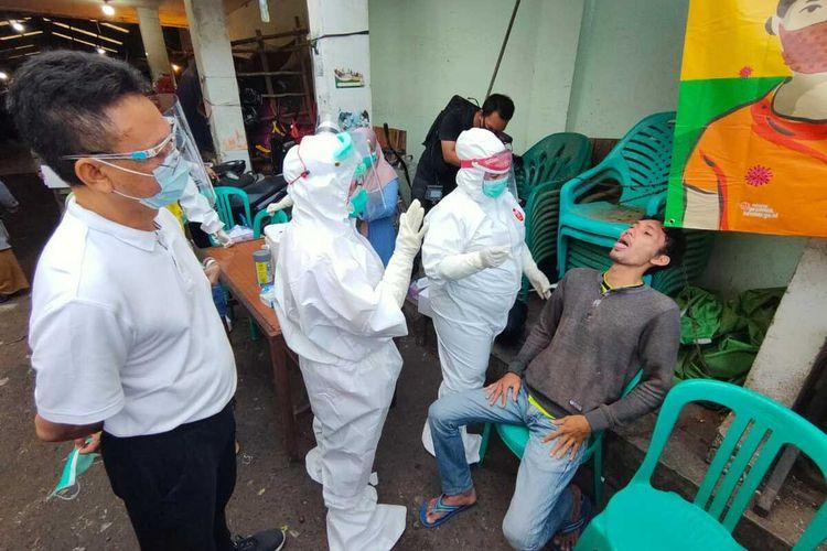 Pemerintah Kota (Pemkot) Pontianak, Kalimantan Barat, menggelar razia penggunaan masker di sejumlah titik-titik keramaian, seperti pasar dan warung kopi. Warga yang tak disiplin, langsung diambil sampel swab.