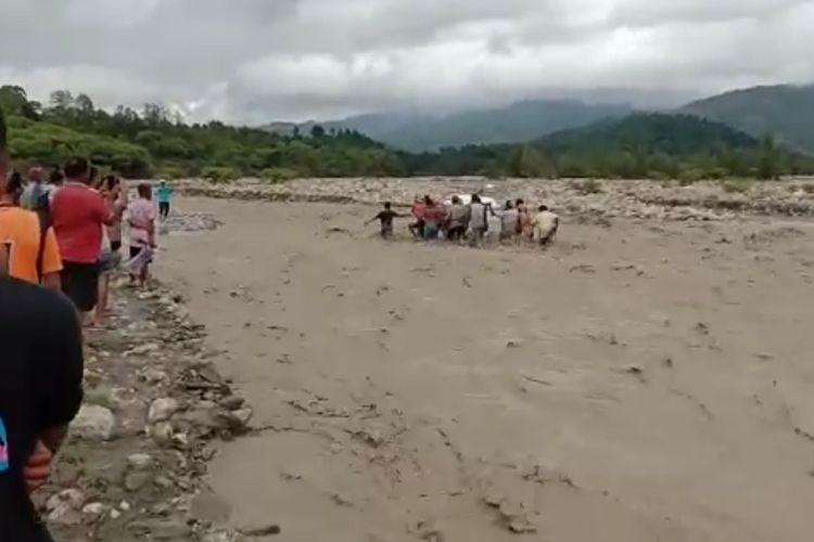 PHOTO:Warga sedang menggotong peti jenazah menerobos banjir di kali Nisnoni, Desa Liliana, Kecamatan Nunbena, Kabupaten TTS, NTT