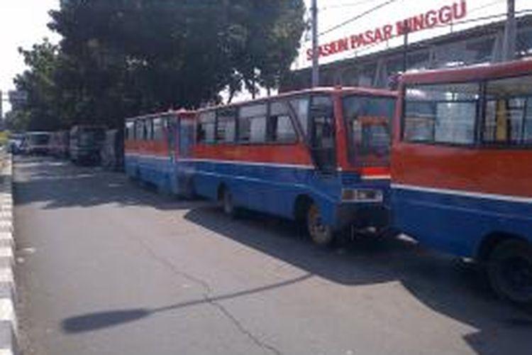 Belasan angkutan umum berjejer di depan Stasiun Pasar Minggu, untuk mengantarkan penumpang musiman yang akan berlibur ke Taman Margasatwa Ragunan.