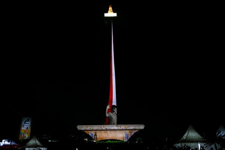 Pertunjukan video mapping Asian Games 2018 di Monas, Jakarta, Senin (13/8/2018). Menyambut Asian Games 2018 Pemprov DKI Jakarta menyajikan atraksi video mapping laser dan air mancur, Warga pun bisa menyaksikan atraksi ini setiap hari mulai tanggal 17 agustus hingga 2 september secara gratis mulai pukul 19.00 hingga 22.00 WIB.