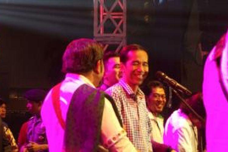 Duet Gubernur DKI Jakarta Joko Widodo dan pedangdut Rhoma Irama di panggung Jakarta Night Festival, Selasa (31/12/2013), beberapa menit sebelum pergantian tahun.