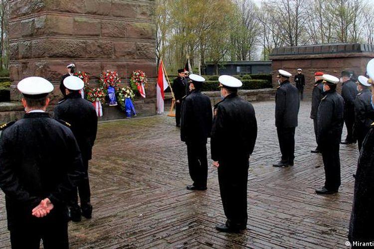 Upacara penghormatan dan peletakan karangan bunga bagi 53 awak KRI Nanggala-402 yang gugur dalam tugas. Lokasi di Monumen Kehormatan Kapal Selam Moeltenort, dekat Kiel, Jerman.