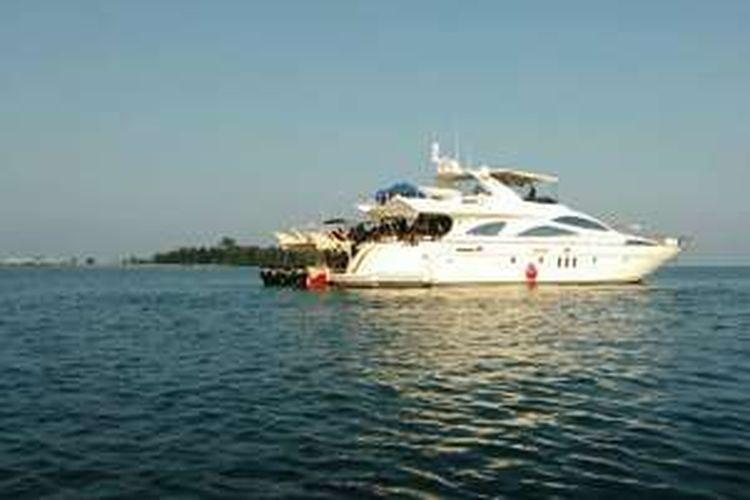 Yacht yang ditumpangi calon gubernur dan calon wakil gubernur DKI Jakarta, Agus Harimurti Yudhoyono dan Sylviana Murni, saat berkampanye di Kabupaten Kepulauan Seribu, Rabu (23/11/2016).