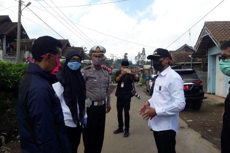Wakil Bupati Garut Helmi Budiman memberikan arahan kepada camat dan kepala desa terkait isolasi mandiri satu kampung, di depan pintu masuk kampung yang diisolasi, Rabu (22/04/2020)