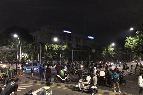 Massa Masih Berkumpul dan Bakar Tong Sampah di Dekat Hotel Millenium, Jakarta Pusat