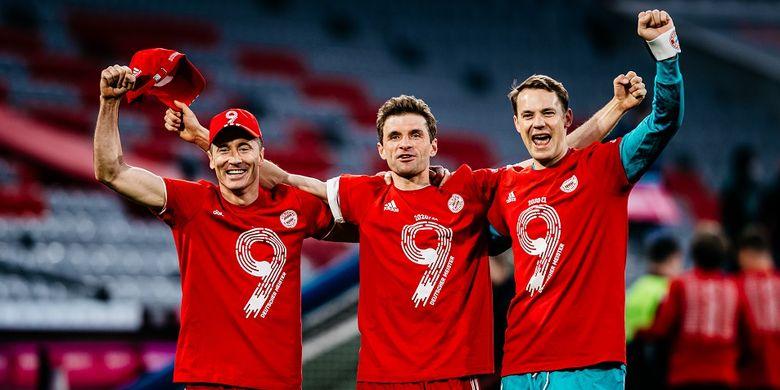 Penyerang Bayern Muenchen Robert Lewandowski (kiri) saat merayakan gelar juara Bundesliga bersama Thomas Mueller dan Manuel Neuer.
