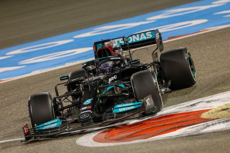 Pebalap Mercedes, Lewis Hamilton, saat beraksi dalam ajang Formula 1 2021 GP Bahrain di Sirkuit Internasional Bahrain pada Minggu 28 Maret 2021.