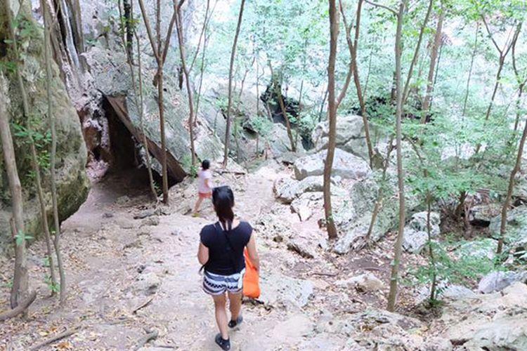 Jalanan berbatu menuju Phraya Nakhon Cave, di Hua Hin, Thailand.