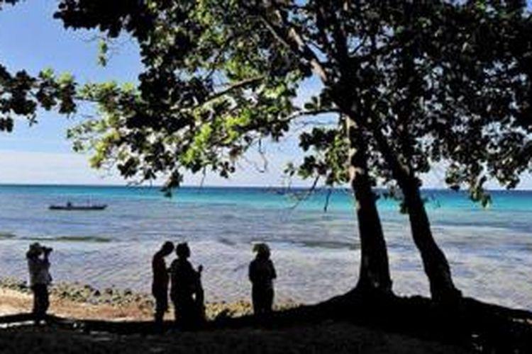 Pulau Buru memiliki potensi wisata seperti deretan pantai di sekitar kawasan Pantai Jikumerasa yang masih alami.