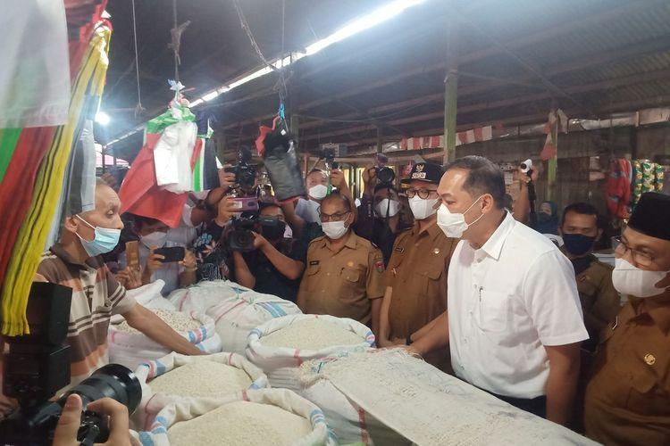 Mendag M Lutfi berdialog dengan pedagang beras di Pasar Bawah Bukittinggi, Senin (5/4/2021)
