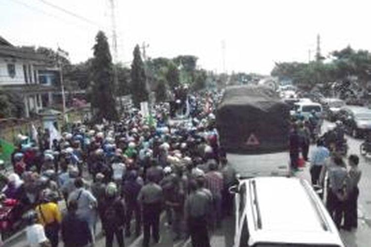 Ribuan buruh Demak memblokir jalur pantura karena kecewa anggota DPRD Demak tidak menemui mereka,Rabu (23/10/2013)