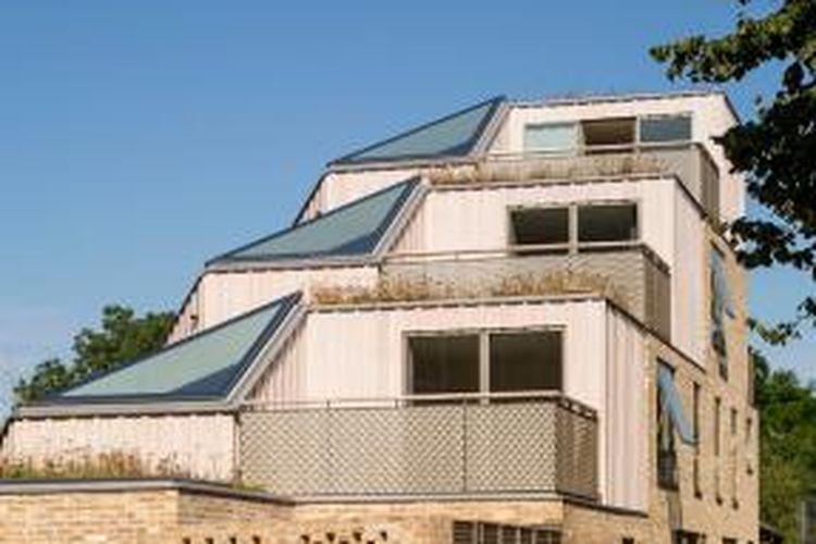 Siapa sangka dalam satu kesatuan bangunan ini terdapat empat fungsi di dalamnya; tiga rumah dan satu apartemen.