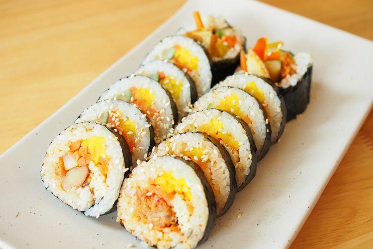 Ilustrasi kimbab, nasi gulung nori ala Korea.