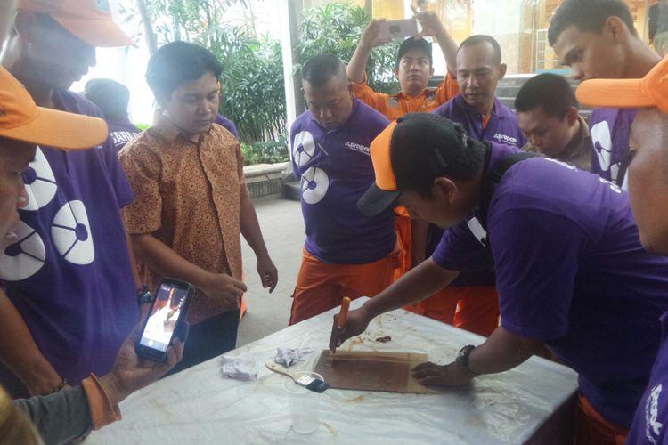 Para PHL dilatih mengecat di Balai Kota DKI Jakarta, Jalan Medan Merdeka Selatan, Senin (8/5/2017).