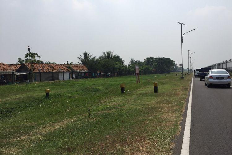 Permukiman warga di Desa Rawa Rengas, Kecamatan Kosambi, Kabupaten Tangerang yang bersebelahan langsung dengan area Bandara Soekarno-Hatta, Senin (4/9/2017). PT Angkasa Pura II mengeluarkan imbauan warga sekitar bandara untuk menghentikan bermain layang-layang karena membahayakan penerbangan.