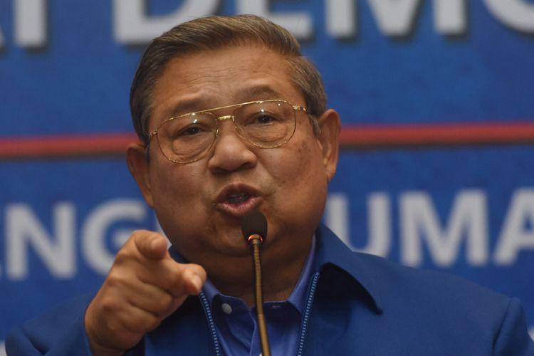 Ketua Umum Partai Demokrat Susilo Bambang Yudhoyono menyampaikan keterangan terkait penetapan pasangan bakal calon gubernur dan wakil gubernur yang diusung partainya di Jakarta, Minggu (7/1). Partai Demokrat secara resmi mengumumkan 17 pasangan bakal cagub-cawagub dalam pilkada 2018 dimana 14 orang dari 17 pasangan tersebut merupakan kadernya. ANTARA FOTO/Akbar Nugroho Gumay/aww/18.