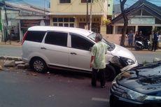 Sopir Mengantuk, Mobil Tabrak Pohon di Tengah Jalan Jatinegara Kaum