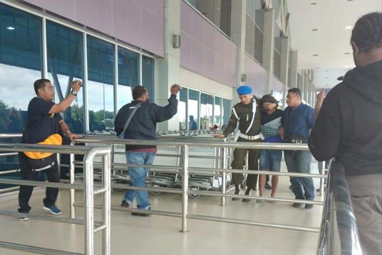 Pratu DAT, tersangka penjual amunisi ke KKB di Kabupaten Mimika, Papua, tiba di Bandara Sentani Jayapura setelah pada 4 Agustus 2019 tertangkap di Sorong, Papua Barat (6/08/2019)