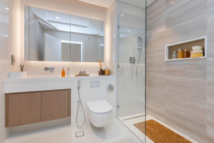Ilustrasi kamar mandi kecil, kamar mandi sempit.