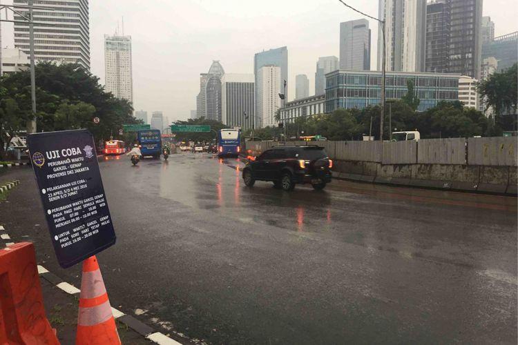 Uji coba percepatan waktu pembatasan berdasarkan pelat nomor ganjil-genap di ruas Jalan Sudirman-MH Thamrin  Senin (23/4/2018).