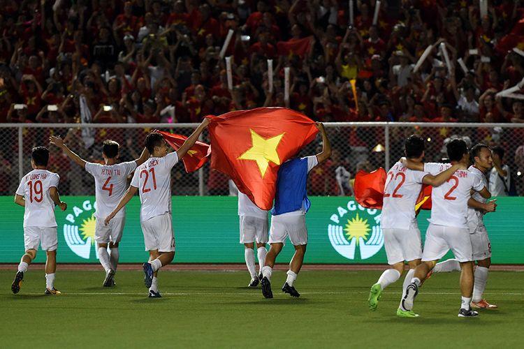 Para pemain Timnas Vietnam merayakan kemenangan atas Indonesia usai laga final sepak bola SEA Games 2019 yang digelar di Stadion Rizal Memorial, Filipina, Selasa (10/12/2019) malam. Vietnam berhasil meraih medali emas sepak bola SEA Games setelah menundukkan Indonesia dengan skor 3-0.
