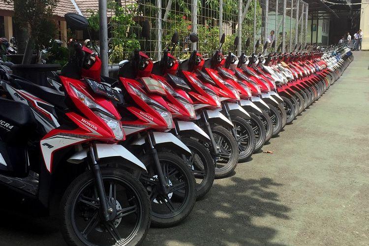 Deretan motor Honda BeAT yang disusun berdasarkan warna di parkiran SMAN 4 Tangerang Selatan