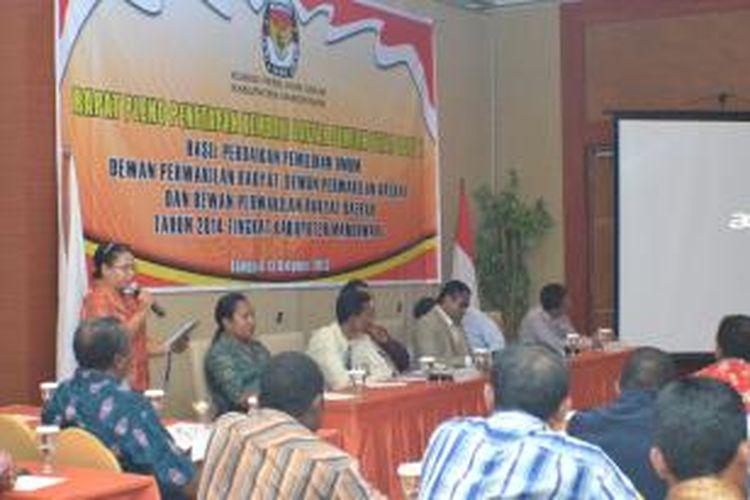 Rapat pleno Daftar Pemilihan Tetap Hasil Perbaikan (DPTHP), oleh Komisi Pemilihan Umum Daerah(KPUD) Manokwari, yang berlangsung, Minggu (13/10/2013) petang.