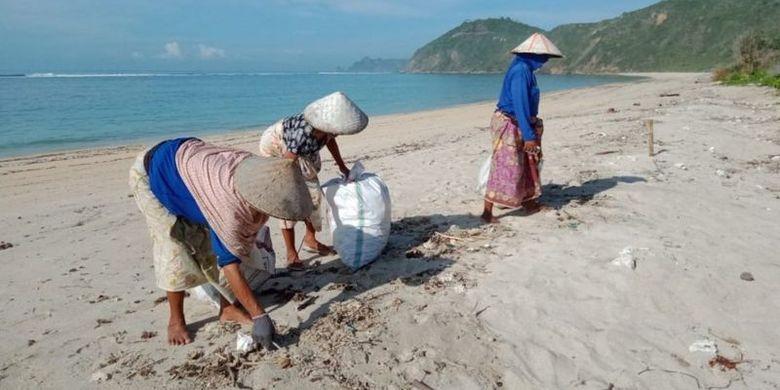 Komunitas masyarakat di Pulau Lombok bahu-membahu mengumpulkan sampah plastik di pantai.