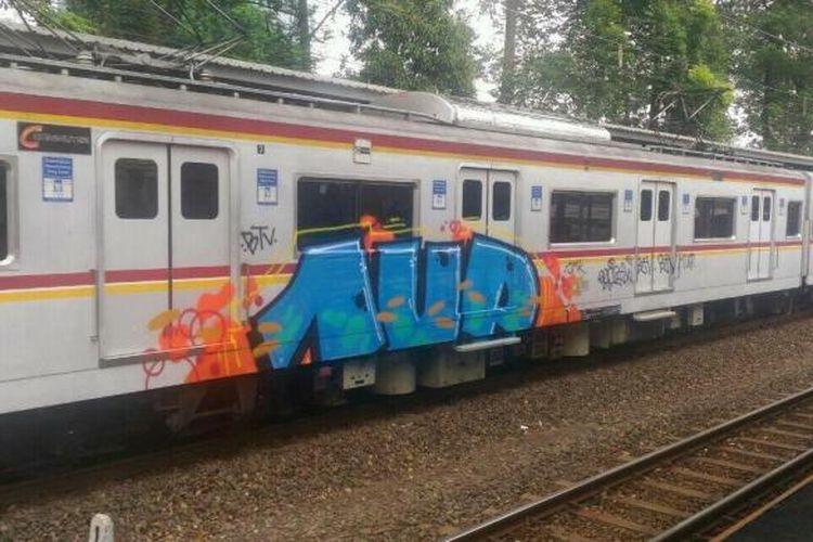 Gerbong kereta rel listrik (KRL) dicoret-coret, Senin (19/9/2016).