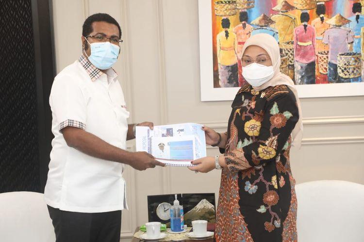 Menteri Ketenagakerjaan (Menaker) Ida Fauziyah saat menerima kunjungan Bupati Kabupaten Biak Numfor Herry Ario Naap di Kantor Kementerian Tenaga Kerja (Kemnaker), Jakarta, Selasa (30/3/2021).