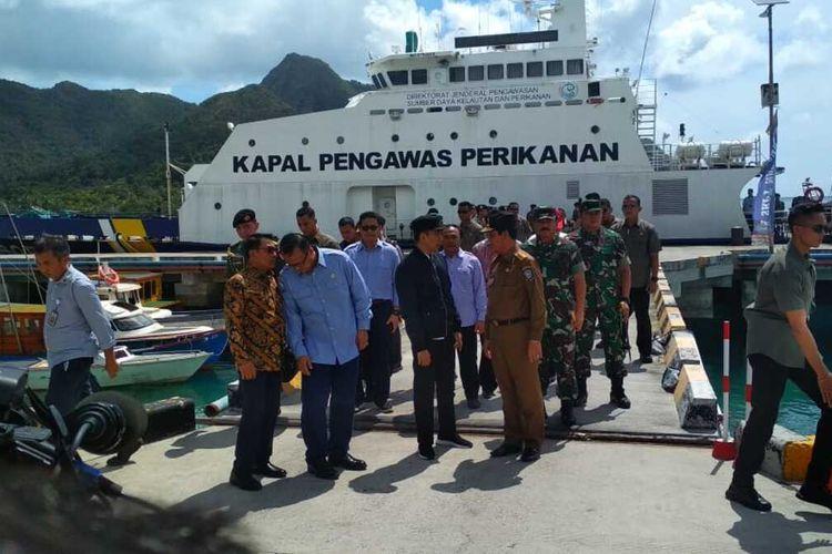Joko Widodoi juga menyempatkan bertemu dengan ratusan nelayan Natuna. Pertemuan berlangsung di Sentra Kelautan dan Perikanan Terpadu (SKPT) Selat Lampa, Pelabuhan Perikanan Selat Lampa Natuna.