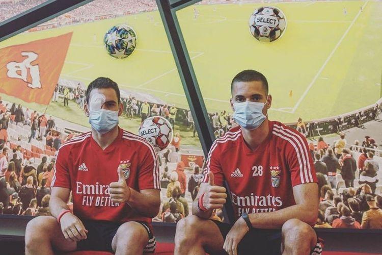 Andrija Zivkovic dan Julian Weigl seusai menjalani perawatan di rumah sakit, akibat pelemparan batu yang menimpa bus Benfica pasca-laga kontra Tondela.