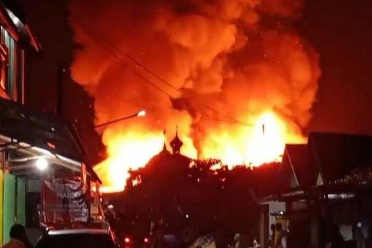 Api membumbung tinggi menghanguskan ratusan rumah di Kabupaten Kotabaru, Kalsel pada Jumat (30/10/2020) dinihari.