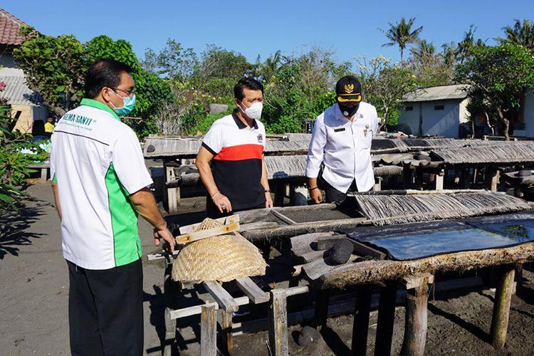 Bupati Klungkung I Nyoman Suwirta mengunjungi lokasi budidaya garam organik beryodium kusamba. Garam tersebut nantinya akan dipasarkan dengan merek Uyah Kusamba Gema Santi.
