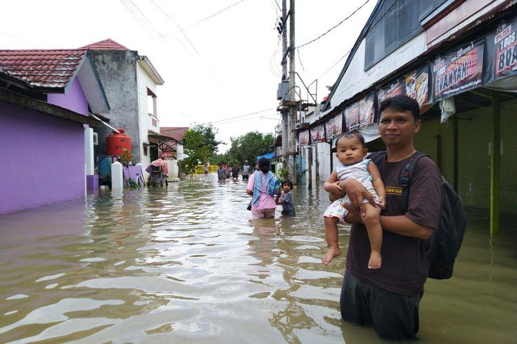 Warga di Bengkuring, Sempaja Timur Samarinda mengungsi karena rumah mereka terendam banjir, Selasa (14/1/2020).