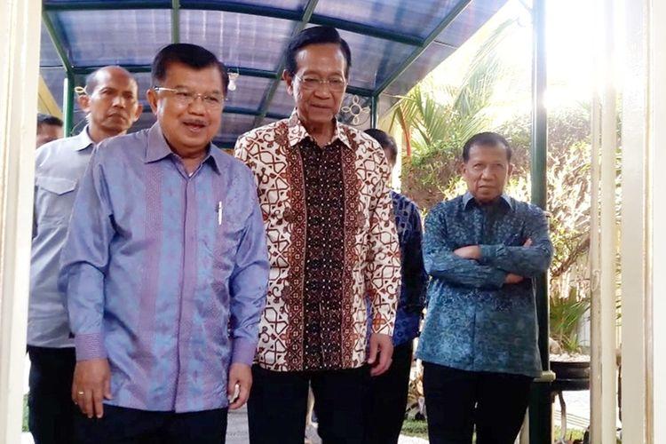 Mantan Wakil Presiden Jusuf Kalla dan Gubernur DIY Sri Sultan HB X usai melakukan pertemuan di kompleks Kepatihan, Kota Yogyakarta, Jumat (15/11/2019). Pada kesempatan itu, Jusuf Kalla mengucapkan selamat atas kelahiran cucu ketiga Presiden Joko Widodo (Jokowi), La Lembah Manah, pada Jumat sore.