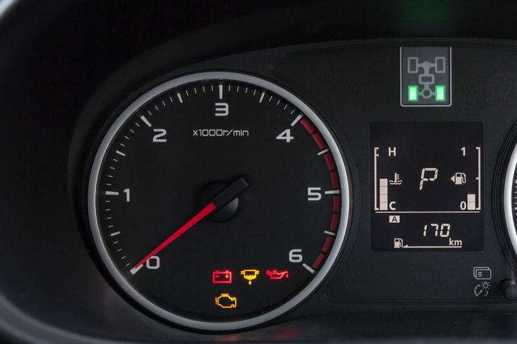 Ilustrasi takometer rpm pada panel MID mobil.