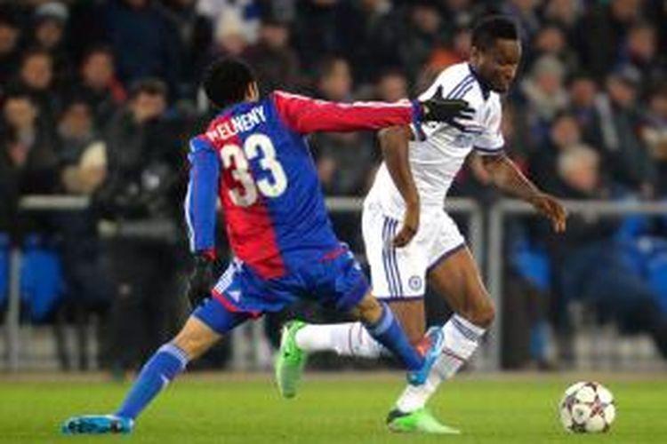 Gelandang Basel, Mohamed Elneny (kiri) mencoba merebut bola dari pemain Chelsea, Obi Mikel dalam matchday kelima Grup E Liga Champions di Stadion St. Jakob-Park, Selasa atau Rabu (27/11/2013) dini hari WIB. Kedua tim sementara bermain imbang tanpa gol hingga turun minum.