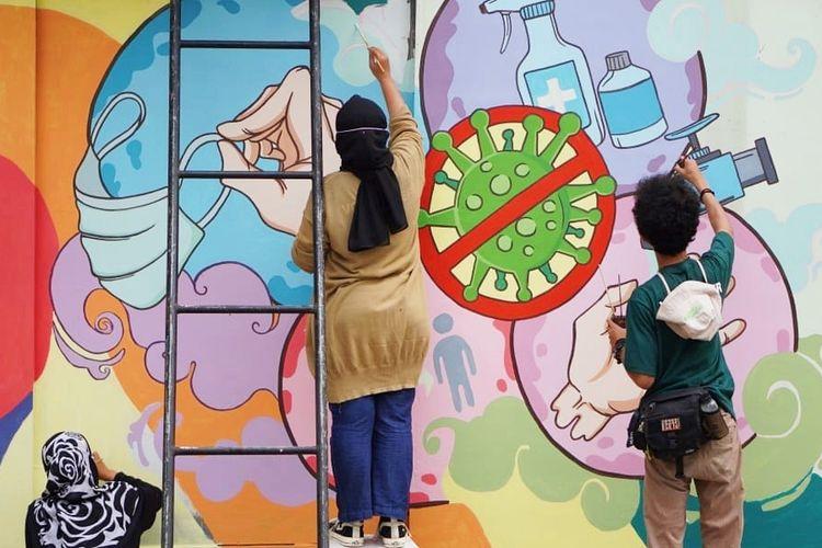 Dokumentasi pembuatan mural edukasi oleh relawan Disaster Management Center (DMC) untuk menghiasi sejumlah sudut ibukota dalam rangka memeriahkan Hari Kesiapsiagaan Bencana pada Rabu (28/4/2021).