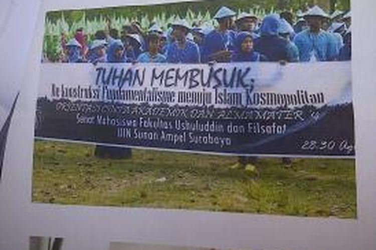 Gambar spanduk Ospek mahasiswa UIN Surabaya yang dianggap kontroversi.