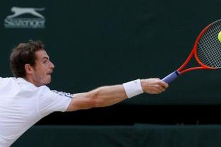 Petenis Skotlandia, Andy Murray, mengembalikan bola Jerzy Janowicz dari Polandia, saat saling berhadapan di babak semifinal turnamen Grand Slam Wimbledon, Jumat (5/7/2013).