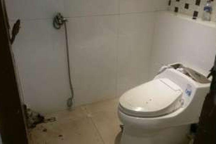 Kamar mandi di rumah Dodi Triono, Pulomas, Jakarta Timur, tempat disekapnya 11 orang dalam aksi perampokan yang menewaskan enam orang, Senin (26/12/2016).