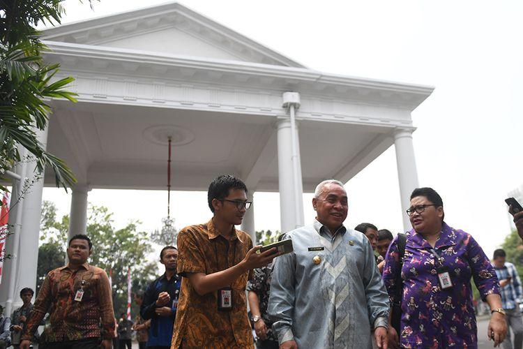 Gubernur Kalimantan Timur Isran Noor (kedua kanan) tiba di Kompleks Istana Kepresidenan jelang konferensi pers Presiden Joko Widodo terkait rencana pemindahan Ibu Kota Negara di Istana Negara, Jakarta, Senin (26/8/2019). Presiden Jokowi secara resmi mengumumkan keputusan pemerintah untuk memindahkan ibu kota negara ke Kalimantan Timur.