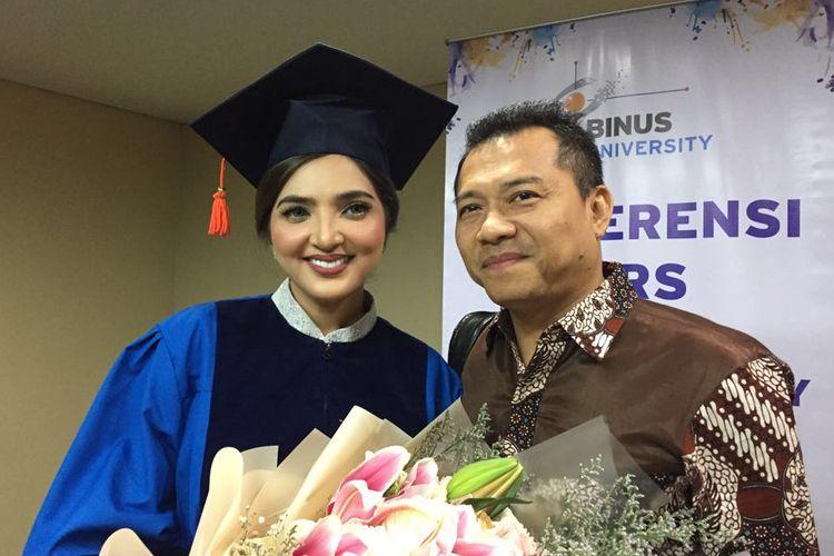 Ashanty bersama sang suami, Anang Hermansyah saat ditemui usai wisuda di Plenary Hall, Jakarta Convention Centre, komplek Gelora Bung Karno, Senayan, Jakarta Pusat, Rabu (1/8/2018).