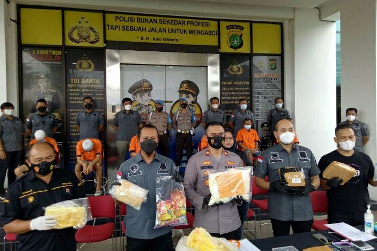 Polres Tangerang Selatan merilis pengungkapan penangkapan empat orang berinisial WH, GL, AN dan ER yang merupakan produsen sekaligus pengedar tembakau sintetis, Rabu (22/9/2021). Penangkapan empat tersangka dilakukan di kawasan Kabupaten Bogor, Jawa Barat, 11 September 2021.