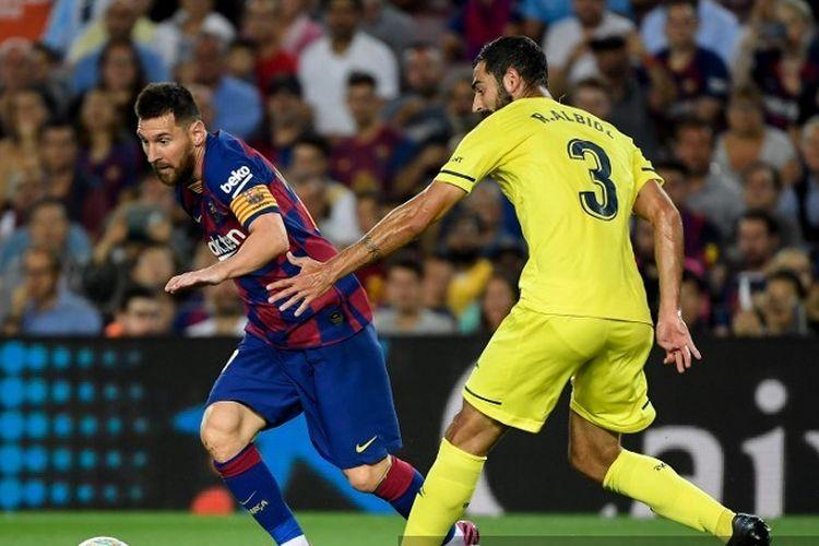Penyerang Barcelona, Lionel Messi, berusaha melewati bek Villarreal, Raul Albiol, pada pertandingan Liga Spanyol yang digelar di Stadion Camp Nou pada Selasa (24/9/2019).