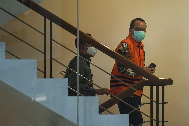 Tersangka kasus dugaan suap gratifikasi senilai Rp46 miliar, Nurhadi (kanan) menaiki anak tangga sebelum menjalani pemeriksaan di gedung KPK, Jakarta, Jumat (19/6/2020). Nurhadi yang merupakan mantan Sekretaris Mahkamah Agung (MA) diperiksa sebagai tersangka terkait suap dan gratifikasi penanganan perkara di MA.